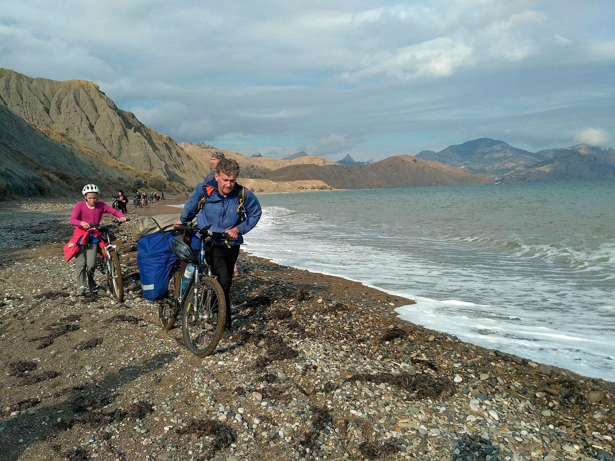 А вот этот снимок сделан почти 10 лет спустя, в 2017 году, но так же в Крыму и так же с коллегами по АльпИндустрии, теперь на велосипедах.
