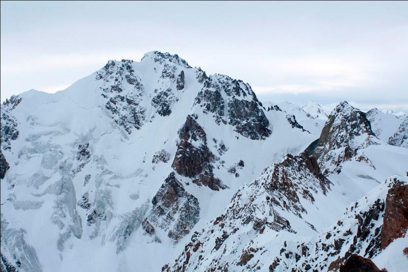 Пик Орджоникидзе, визитная карточка района Туюксу. По центру стены проходит ледовый маршрут 4Б к.с., о котором писал в своём рассказе «Вертикальный лед» Денис Урубко. На фотографии маршрут лавиноопасен.