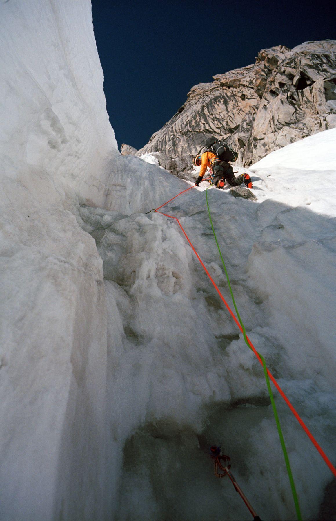 Движение лидера с рюкзаком на ледовом рельефе, Латок 1.