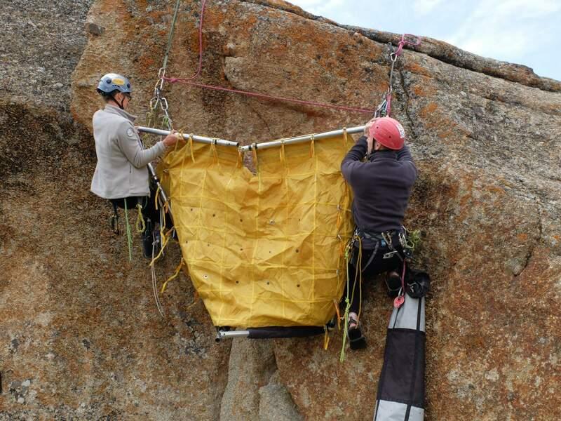 Альпинисты отрабатывают установку платформы в «мирных условиях»