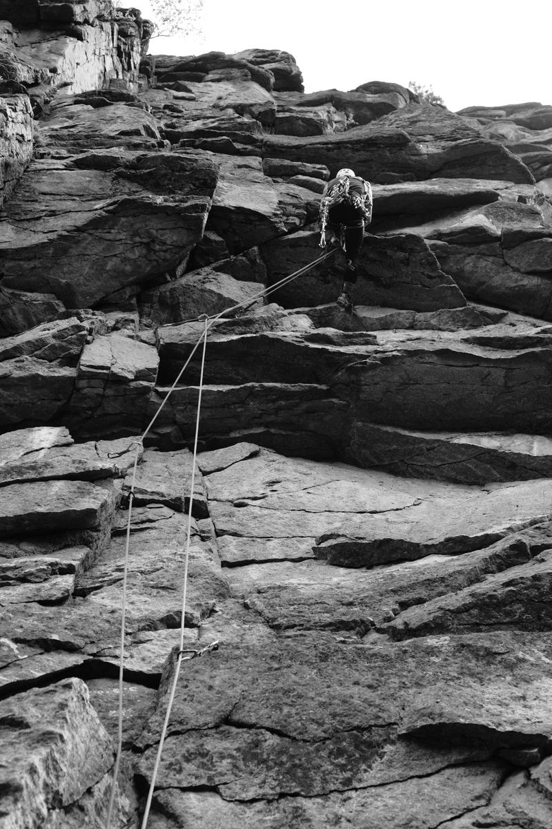 Работа на сложном скальном рельефе с техникой двух верёвок. Обратите внимание на перехлёст верёвок на последних двух оттяжках — такого быть не должно.