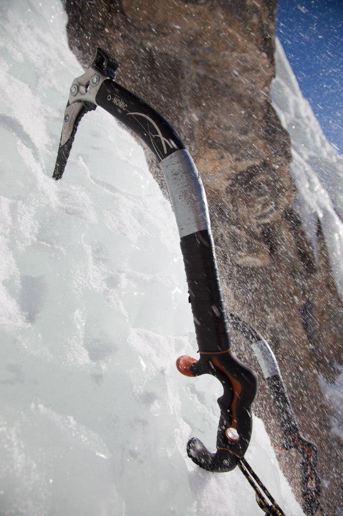 Пример крепления к ледовому инструменту петли для позиционирования и страховки инструмента