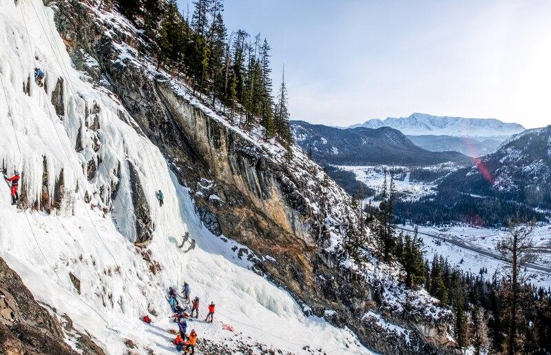 Рис.9. Тренировки альпклуба на водопадах Алтая. Отработка навыков ледолазания