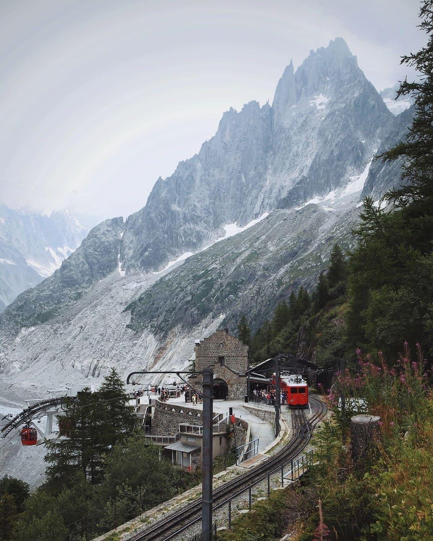 Станция Монтевер и ледник Мер де Гласс, Пти-Дрю по левую руку за кадром