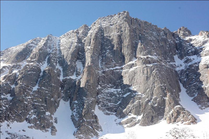 Стена пика Восточный. Чуть слева по характерному рельефу проходит маршрут Балезина В.В., 5Б к.с. «По столбу».