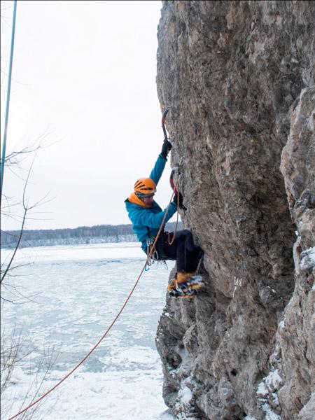 Тренировки на зимних скалах с инструментом.