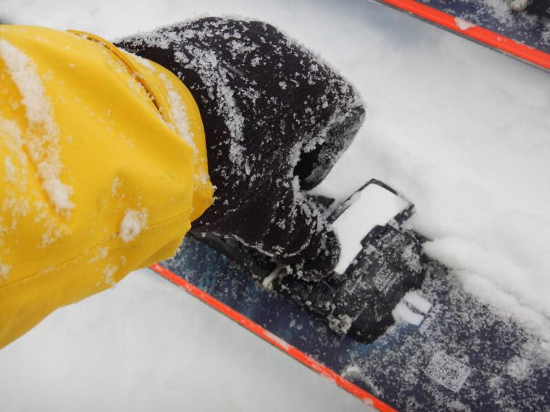 Регулировка усилия и подвижная пластина под носком — гарантированное выщёлкивание ботинка, надёжное катание по снегу любой кондиции, дропы