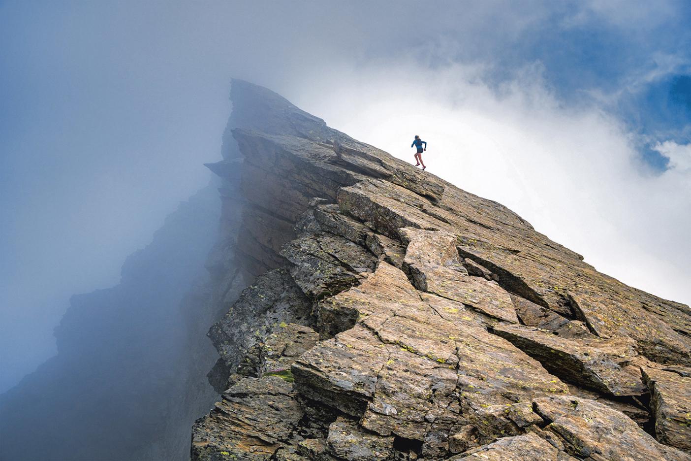 Ким Стром бежит по скалистому хребту над Saas-Almagell, Щвейцария. Фото: Dan Patitucci