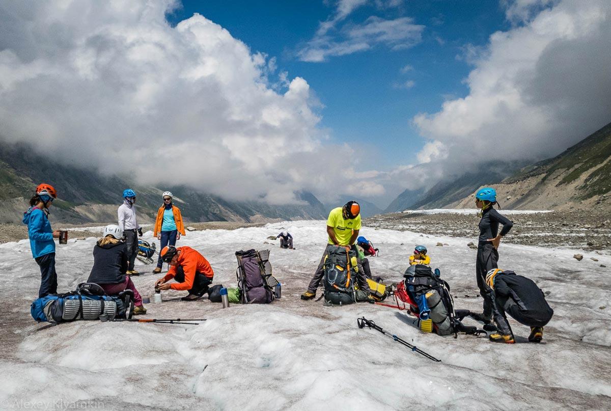 На три дня вышли на ледовые занятия. Жили в палатках, сами себя кормили, лазили по леднику.