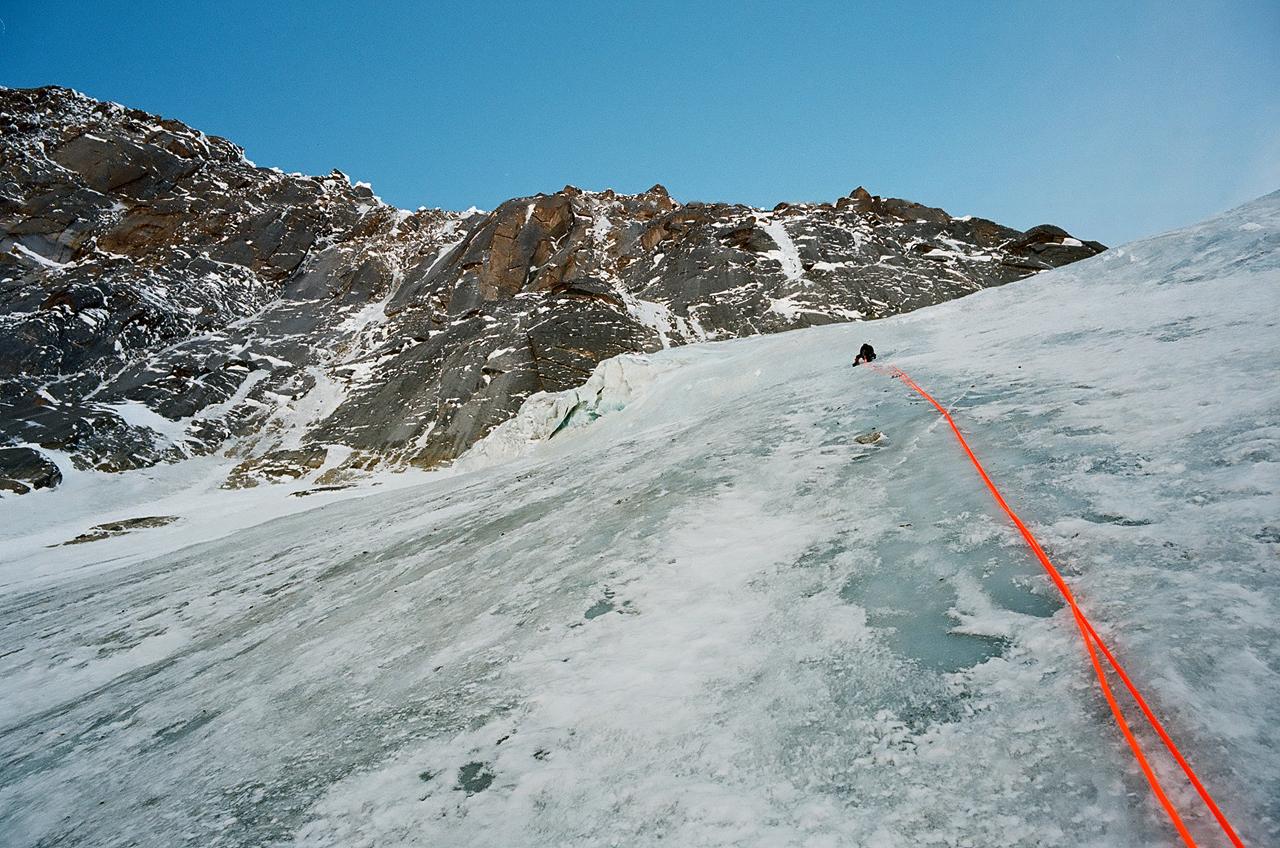 Зимнее первовосхождение на Ашатскую стену пик Сабах (5300 м): на лопате