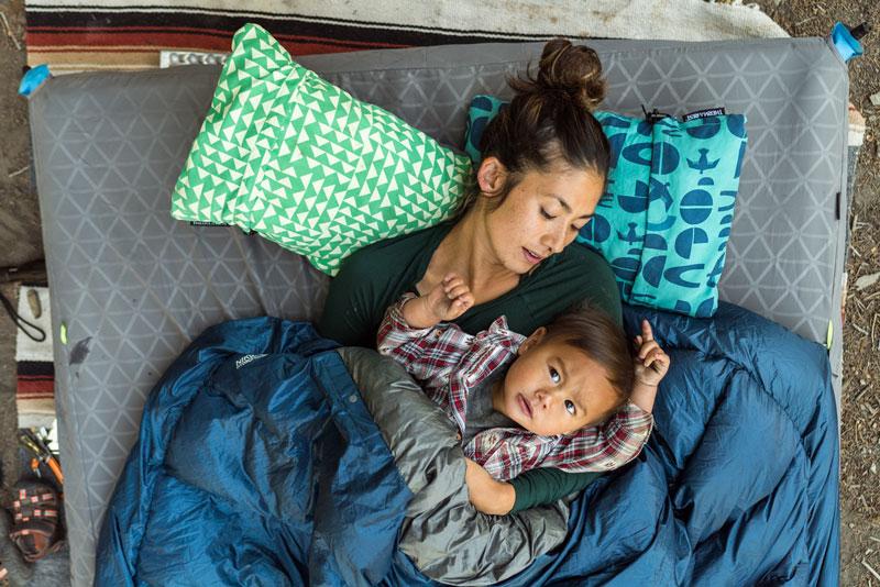 Это инновационный надувной кемпинговый коврик NeoAir® Camper Duo с двумя изолированными секциями без зазоров и стыков между ними.