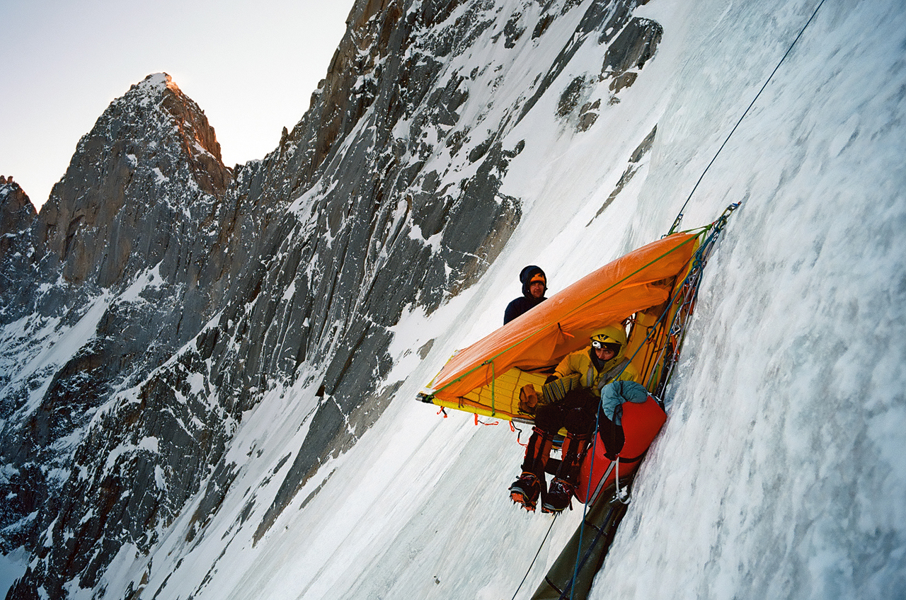 Зимнее первовосхождение на Ашатскую стену пик Сабах (5300 м): первая ночевка