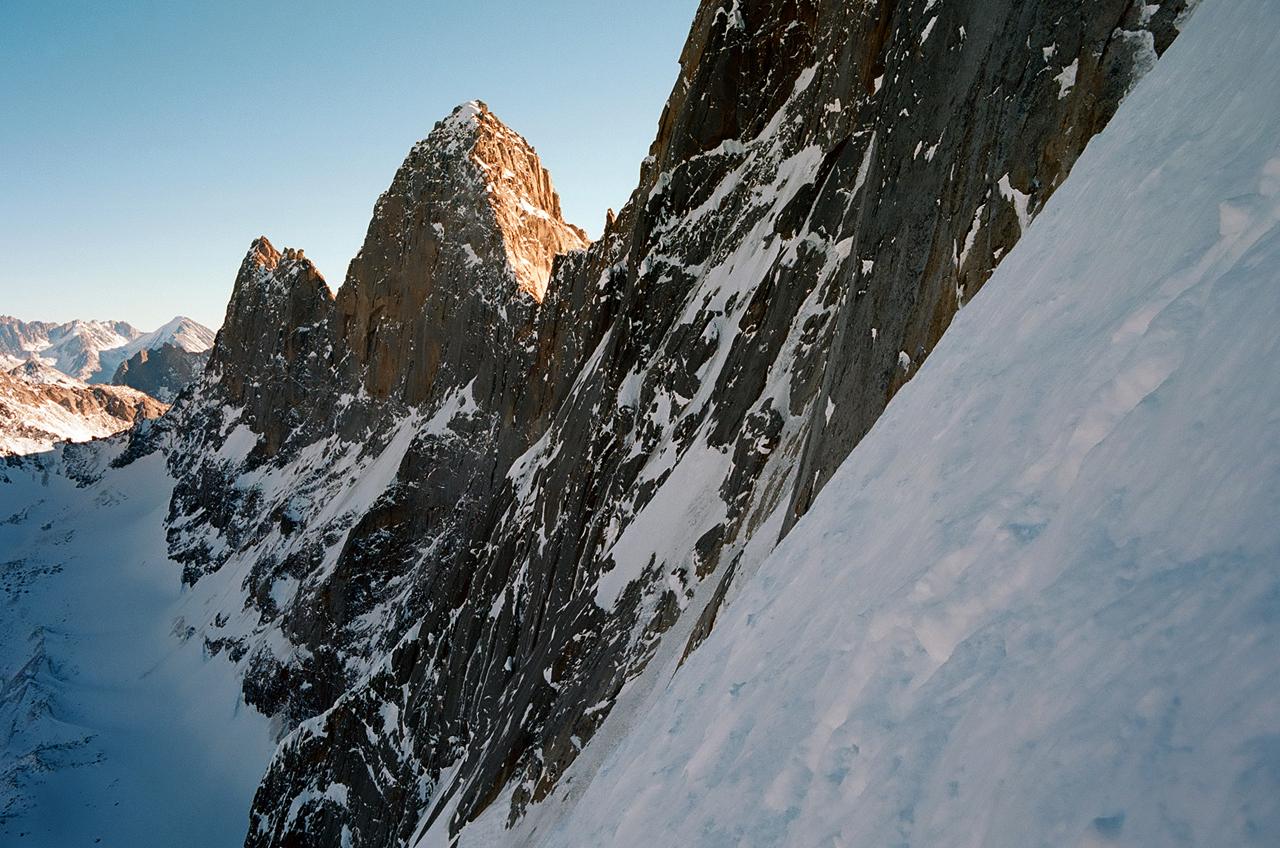Зимнее первовосхождение на Ашатскую стену пик Сабах (5300 м): вид на стену