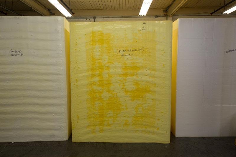 Процесс производства туристического коврика начинается с основы — пены.