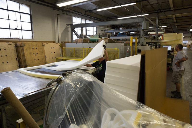 На фабрику материал приезжает в пеноблоках 2,5х2 метра, после чего помещается в специальную машину, которая нарезает их на заготовки.