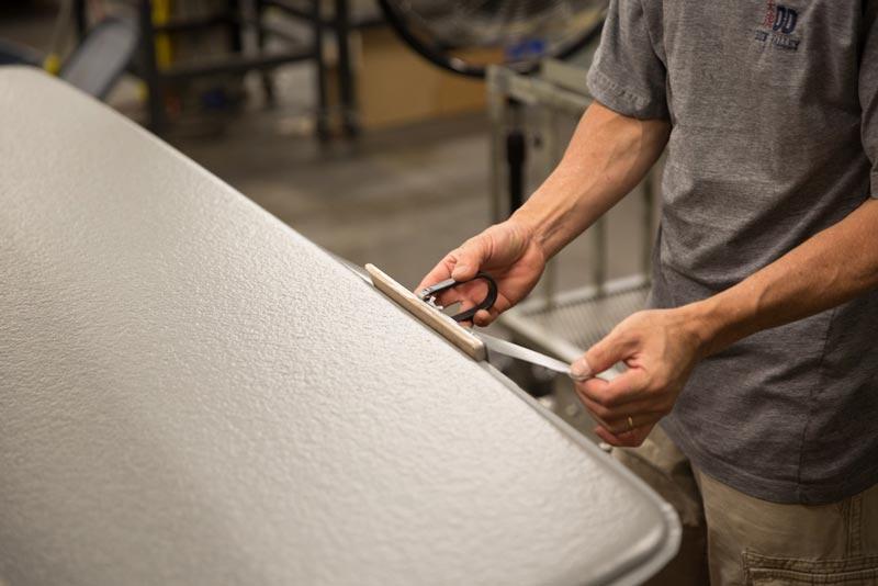 Гость фабрики Therm-a-Rest в Сиэтле обязательно обратит внимание на то, что все излишки материала обрезаются вручную.