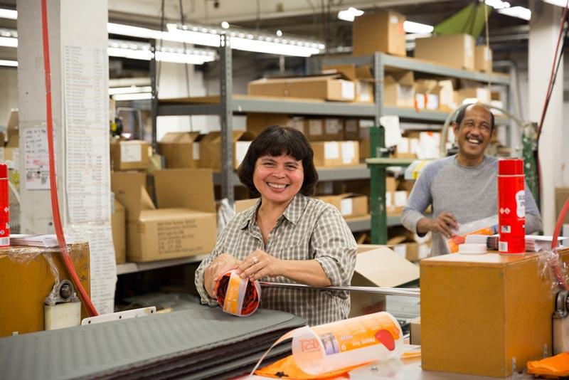 Перед тем как отправиться в магазины, каждый коврик надувают и оставляют на 24 часа. По истечении этого срока коврик проверяют и только потом упаковывают и отправляют клиентам Therm-a-Rest по всему миру.