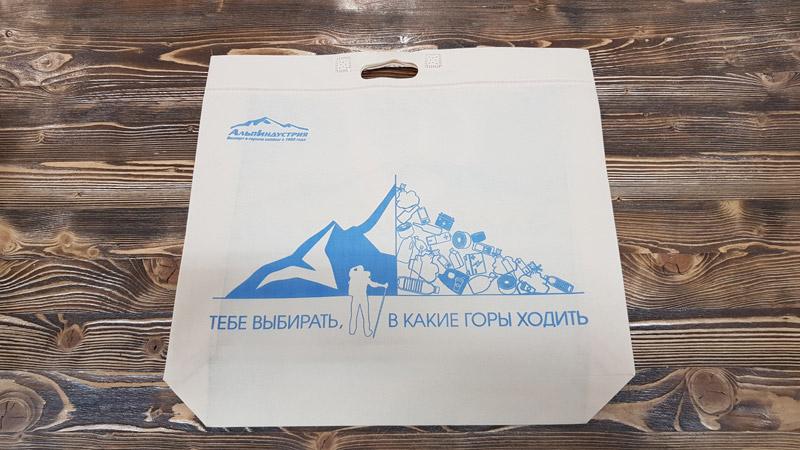 Для наших магазинов в качестве временной альтернативы одноразовым (помните факт про 12 минут выше?) пластиковым пакетам мы выбрали многоразовые сумки из нетканого материала спанбонда, на которые также перешли некоторые крупные торговые сети, как «Азбука Вкуса», «Вкусвилл» и «Ашан».