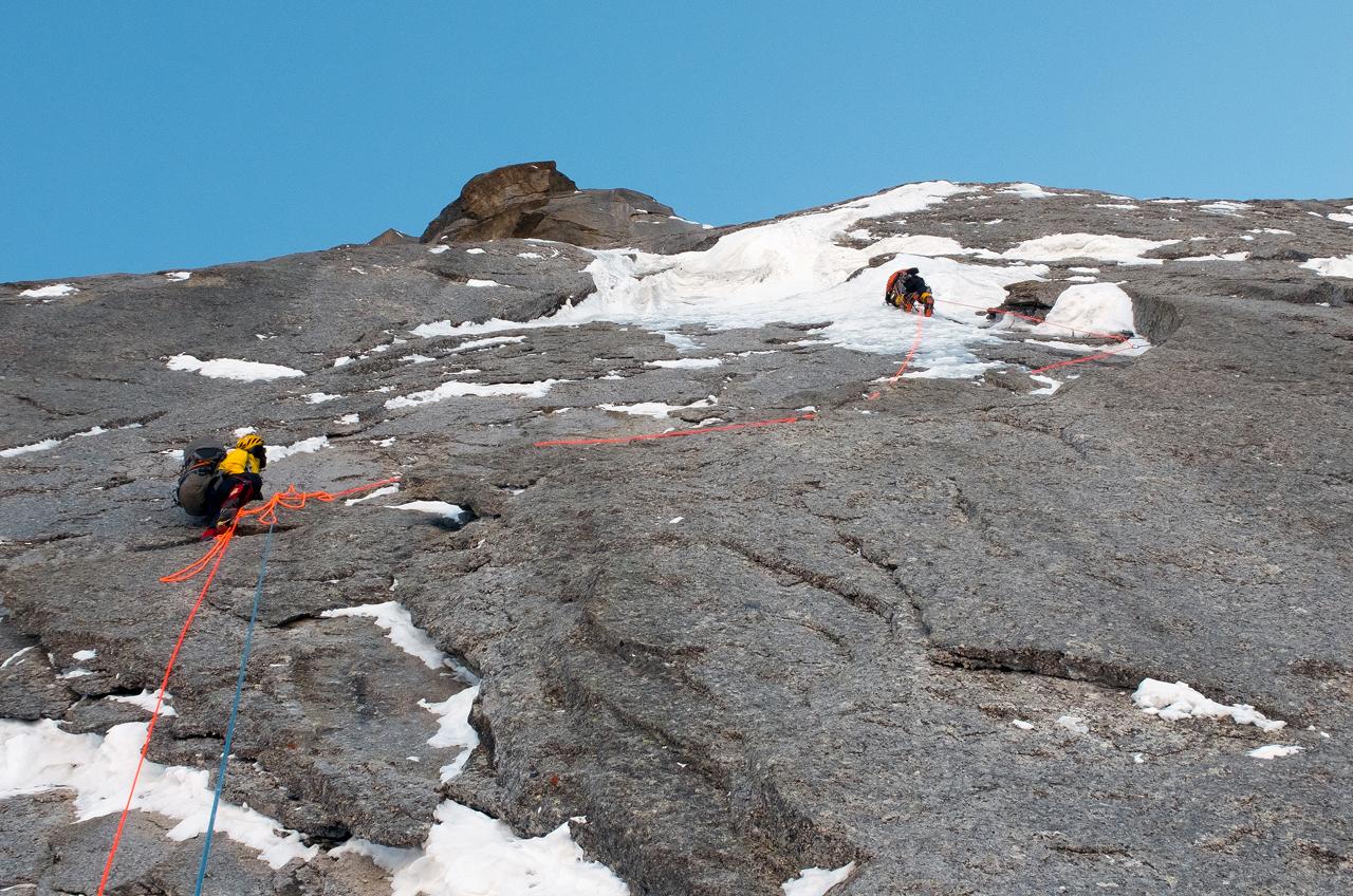 Зимнее первовосхождение на Ашатскую стену пик Сабах (5300 м): вторая веревка стены