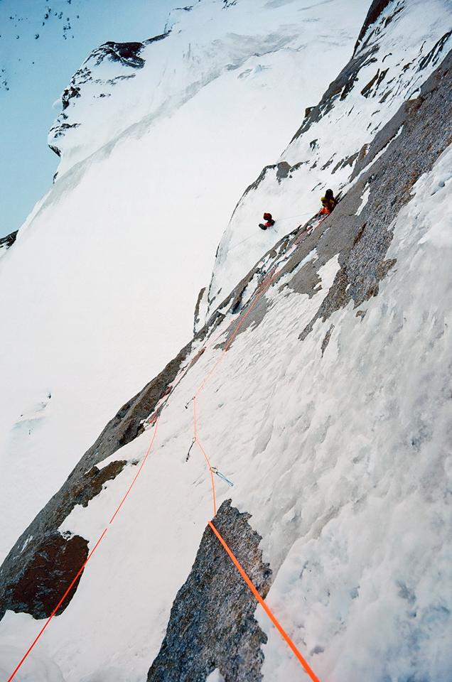 Зимнее первовосхождение на Ашатскую стену пик Сабах (5300 м): вид из-за карниза вниз