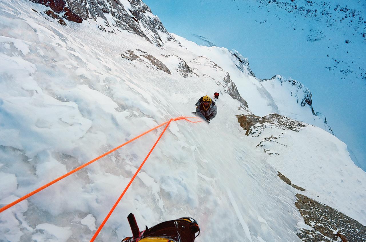 Зимнее первопрохождение на Ашатскую стену пик Сабах (5300 м): ледовая речка