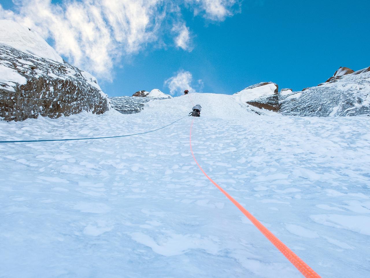 Зимнее первопрохождение на Ашатскую стену пик Сабах (5300 м): нависание