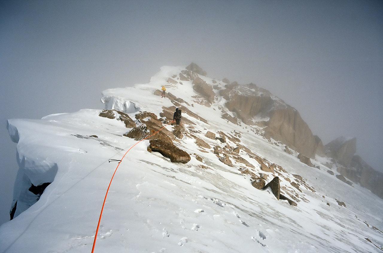 Зимнее первопрохождение на Ашатскую стену пик Сабах (5300 м): на гребне