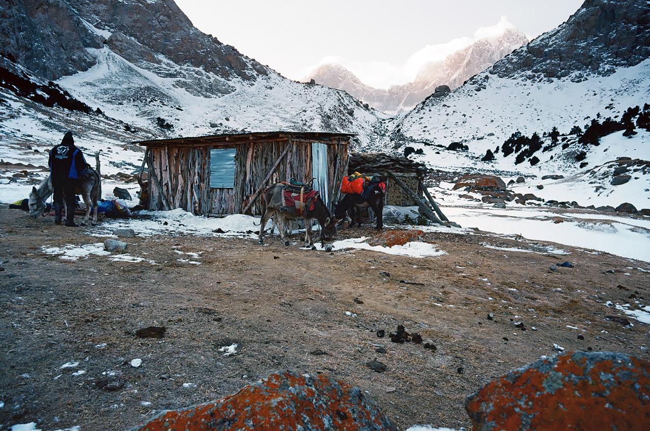 Зимнее первопрохождение на Ашатскую стену пик Сабах (5300 м): базовый лагерь