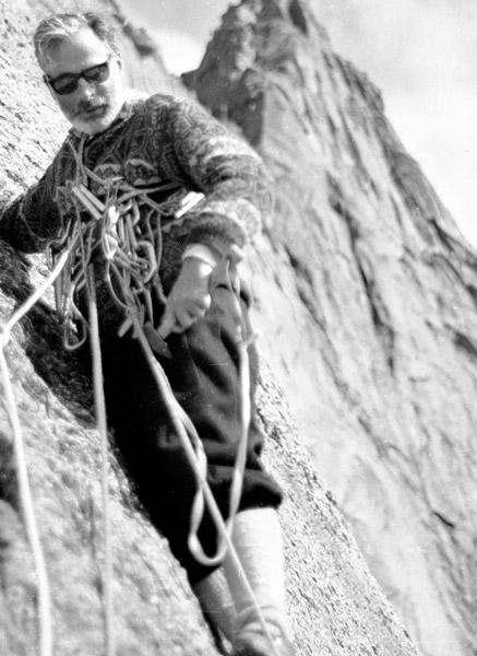 В начале июля группа из шести человек, в составе которой были норвежский философ Арне Наээсс (Arne Næss) и будущая звезда норвежского альпинизма, а пока что инженер Нильс Фаарлунд (Nils Faarlund), разбила базовый лагерь у подножия западной стены.