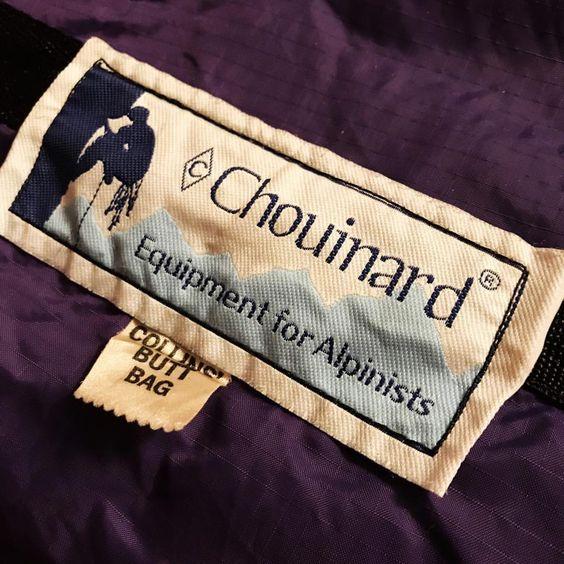 Этикетка Chouinard Equipment на одежде.