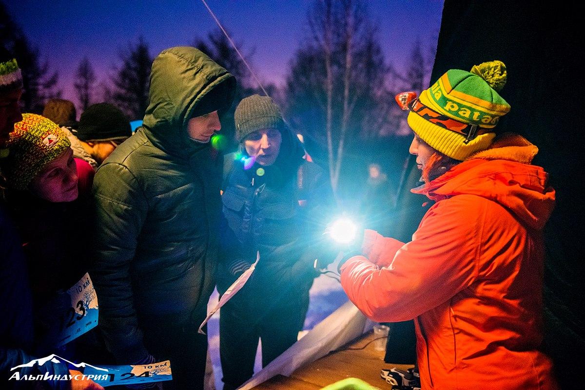 Выдача прокатных фонарей Petzl на старте гонки Alpindustria Night Trail