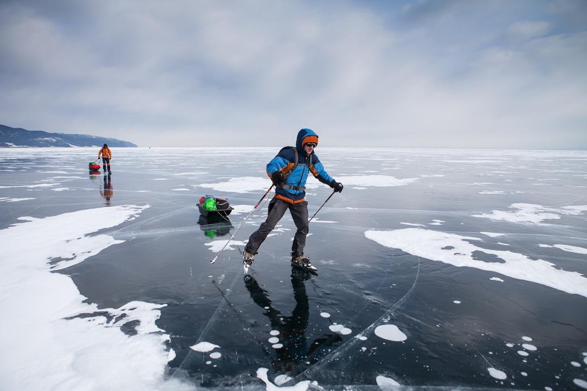 По Байкалу на коньках