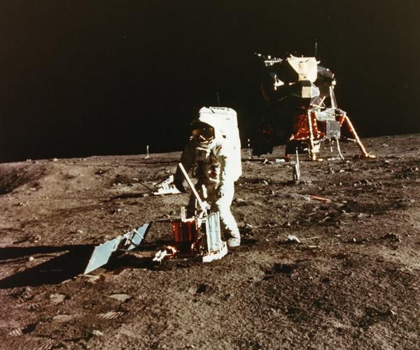 Alpindustria.ru: История изобретения мембраны Gore-Tex. Высадка миссии НАСА «Аполлон-11» на Луну 21 июля 1969 года