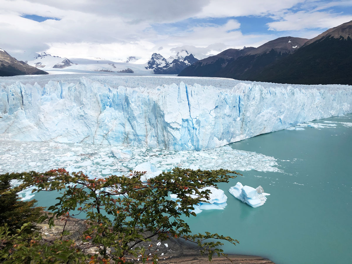 Все хлопают в ладоши, улыбаются и, как дети, радуются, что увидели, как от ледника, создав волну, отвалился кусочек льда — это и правда чудо.