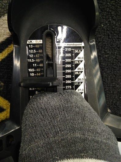 Чтобы вы наглядно понимали, о какой именно колодке идёт речь, я сфотографировал замер своей ноги на специальной линейке.
