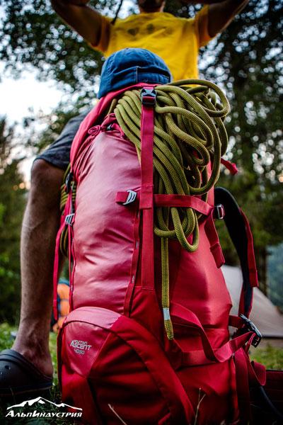 Лицевая сторона рюкзака из плотной ткани, прошита двойной силовой стропой, что позволяет дополнительно навесить, прицепить, прищелкнуть, закрепить груз.