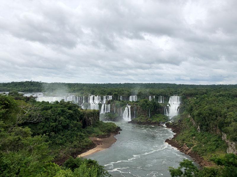 Игуасу — водопад, признанный чудом света.