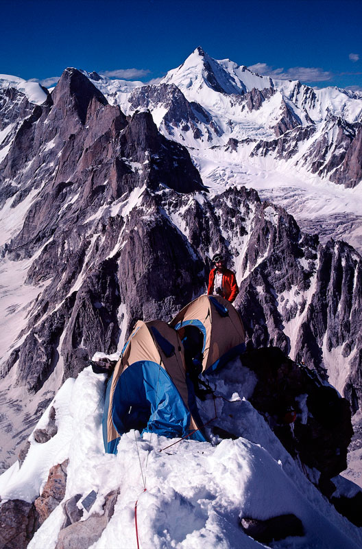 Джим Донини и премиальное жильё на 5800 м. Фото: Rock and Ice.