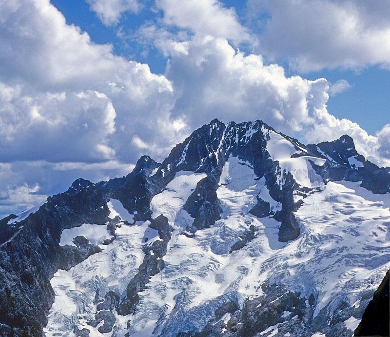 Настоящей жемчужиной среди них был массив Бонанза: высотой почти 3000 метров, с тремя огромными ледниками, двумя вершинами и зубчатым, как лезвие ножа, хребтом.