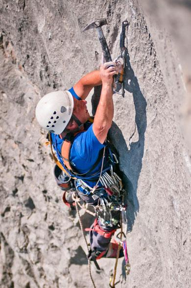 Работа со скальными крючьями