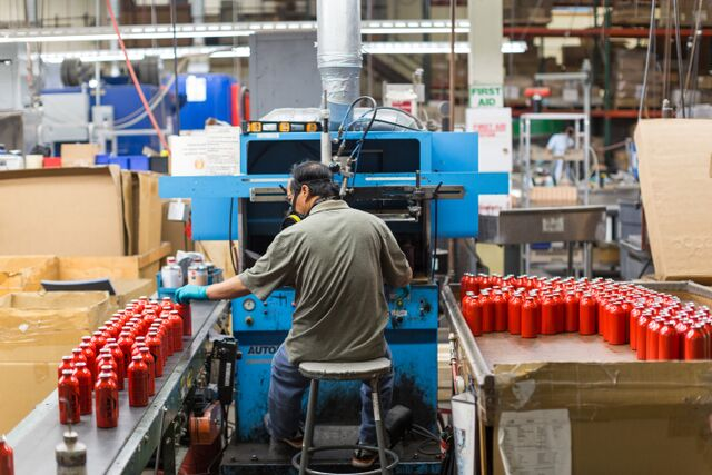 Трафаретная печать этикеток на топливных баллонах MSR в Сиэтле.