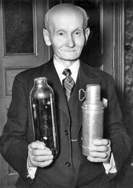 Господин Бургер вместе со своим изобретением в одной руке и колбой Дьюара в другой.