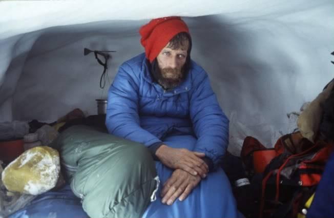 Джим Донини в снежной пещере. Фото: www.supertopo.com.