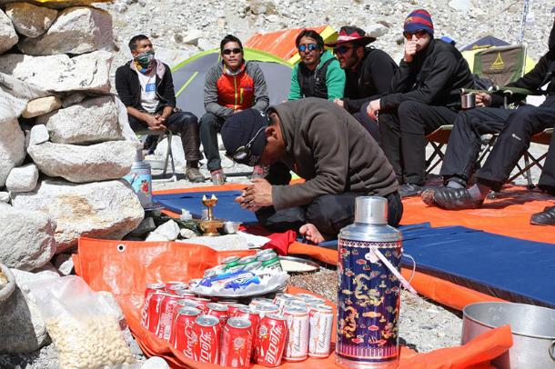 Эверест-2017: ритуал Пуджа