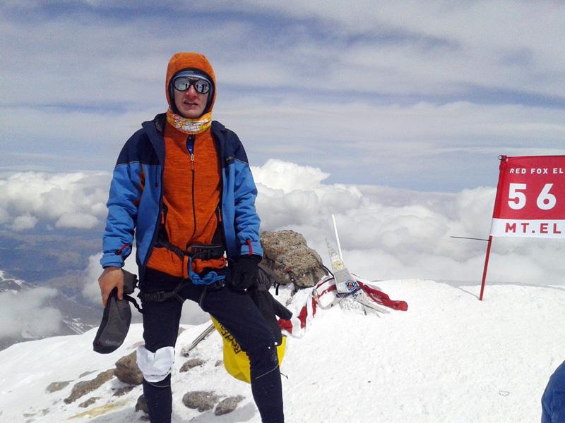 Денис Купрюхин на вершине Эльбруса на гонке Red Fox Elbrus Race